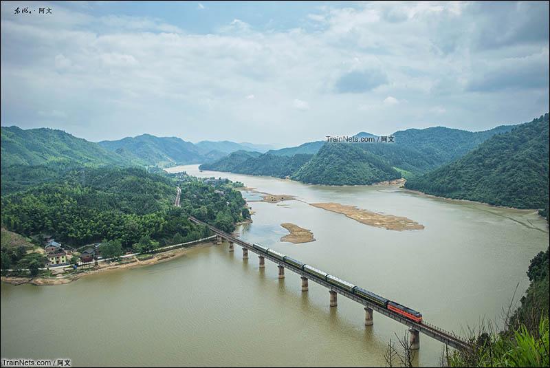 2016年6月18日。湖南,怀化靖州县。橘子牵引绿皮小票通过焦柳铁路靖州-八家旺区间。(图/阿文)
