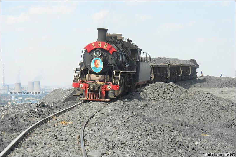 2016年6月8日。阜新矿务局的上游朱德号牵引作业完毕的自翻车下矸石山。(图/范庚辰)