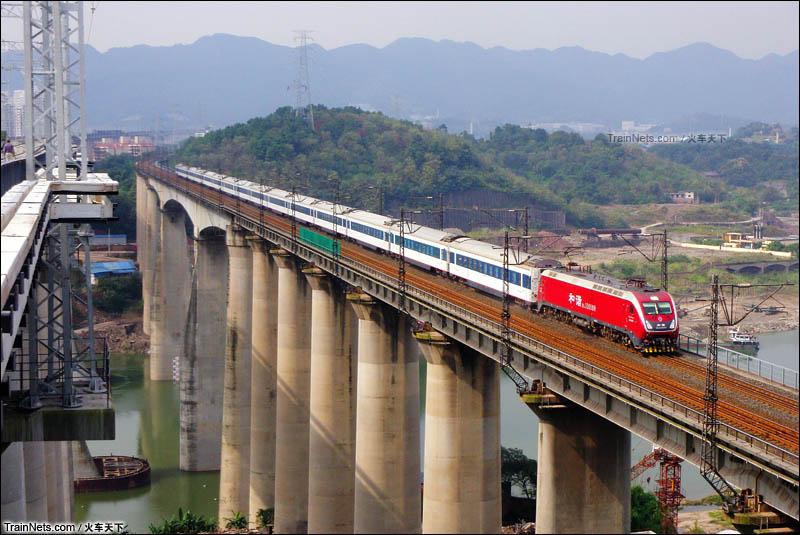 2014年10月。T58次(成都-北京西)(年底车次变更为Z50)通过渝怀线井口嘉陵江特大桥。(图/火车天下)