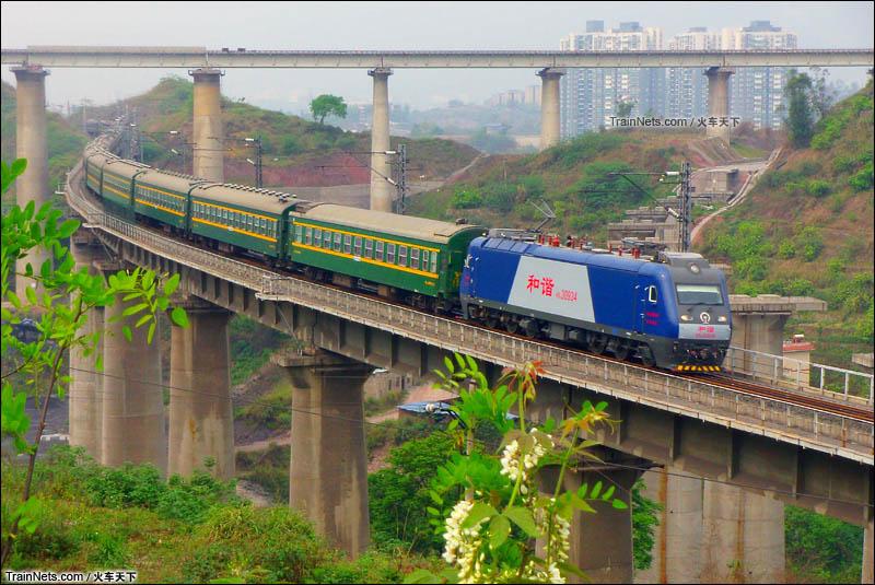 2013年4月。HXD3牵引1266次(重庆北-呼和浩特东),后来升级为K1536并换成空调车。(图/火车天下)