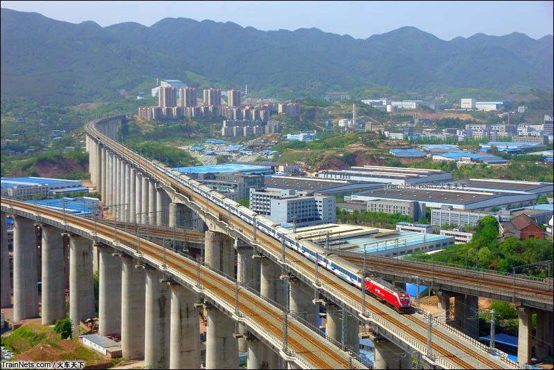 2015年4月。Z50次(成都-北京西)通过兰渝井口嘉陵江特大桥陆地部分。(图/火车天下)