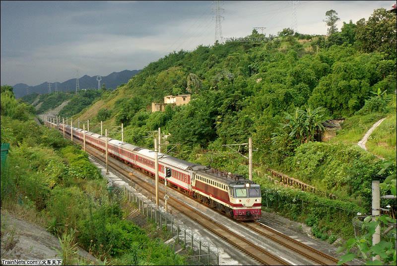 2014年7月。K577次(长沙-成都东)运行在遂渝线141线路所至蔡家车站区间,当时远处天空已经乌云密布,近处依然还有太阳光。(图/火车天下)