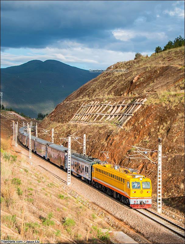 2016年6月1日。大丽线。SS7C牵引K9683次(昆明-丽江)接近丽江站。(图/JasonLiu)