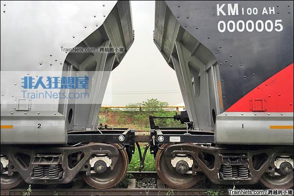 KM100AH型重煤炭漏斗车。车钩。(图/跨越的小猪)