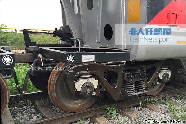 KM100AH型重煤炭漏斗车。DZ5型转向架。(图/跨越的小猪)