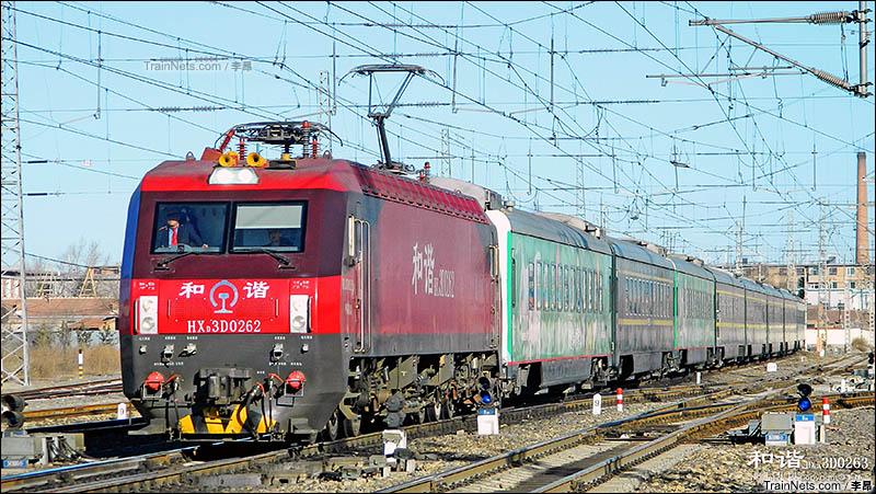 """2016年2月6日。""""牛奶号""""Z316次(北京西-呼和浩特)驶入集宁南站。(图/李昂)"""