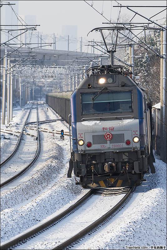 2016年1月23日。南京。京沪线兴卫村。金陵的第二场雪,HXD2B牵引货列兴卫村三道通过。(图/宁东的狮子)