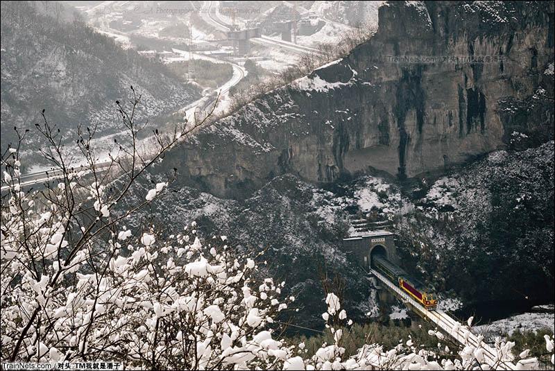 2016年1月23日。安徽绩溪十里岩,K8382次(黄山-合肥)列车通过。(图/对头_TM我就是潘子)