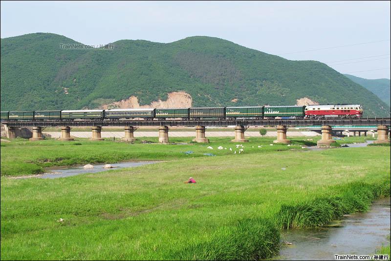 """2016年端午节。""""东北货物快运""""X446次行驶在长图线上,跨越布尔哈通河,即将进入延吉市区。(图/孙建行)"""
