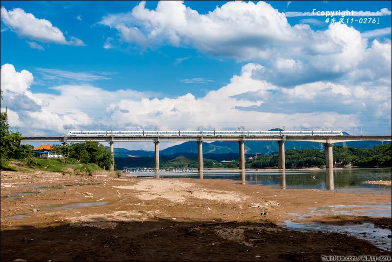 2016年06月22日。江西赣州。赣龙新线动车CRH1A执行D6573次(赣州-福州)通过贡江大桥。(图/东风11-0276)