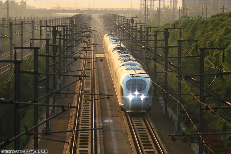 2016年4月30日。常州市飞龙立交桥。夕阳下的奔跑重联的兔子G7239次(六安-上海)列车通过飞龙立交桥。(图/星汉灿烂皓月千里)