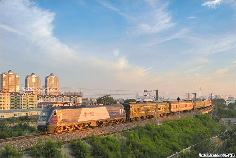 2016年。山东烟台。夕阳下,K1477次(汉口-烟台)驶过蓝烟铁路珠玑大桥,即将到达终点站烟台。(图/心之安放)