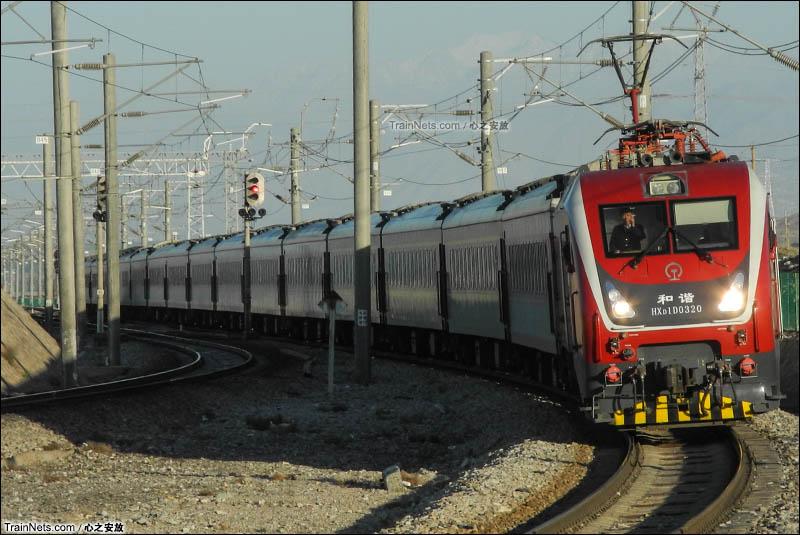2016年5月。HXD1D牵引客车接近兰新铁路嘉峪关站。(图/心之安放)