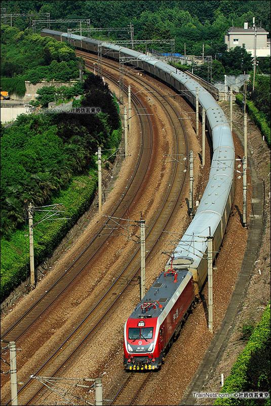 2016年7月17日,京沪线。HXD1D型电力机车牵引行包列车进入南京站。(图/心叶的仿若青空)