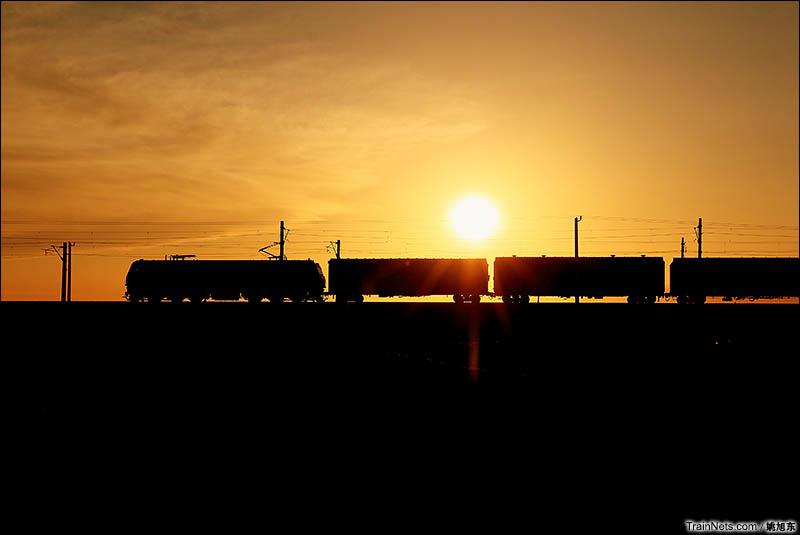 2016年6月1日。晚上九点,逆光下的南疆线货列。(图/姚旭东)