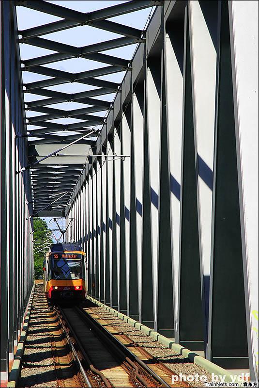 2016年6月。德国。卡尔斯鲁厄市铁S5行驶在德铁Winden-Karlsruhe线跨莱茵河的铁路桥上。(图/袁东方)