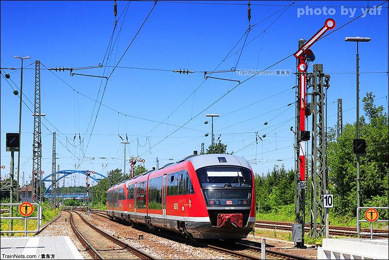 2016年6月。德国。德铁Winden-Karlsruhe线Wörth车站,开往克劳斯塔尔的RE6出站。古老的壁板信号机给出发车信号。此车为642型低地板内燃动车组,两辆为一组,可以自由重联,非常灵活。(图/袁东方)
