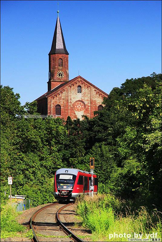 2016年6月。德国。Landau–Rohrbach线Albersweiler 站附近,行驶在教堂下的R55。(图/袁东方)