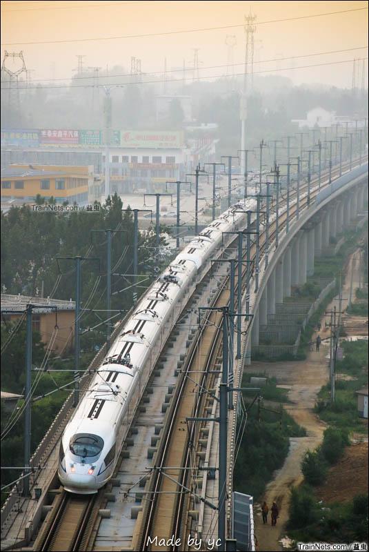 2016年7月1日。京沪高铁列车接近暮色中的泰安车站。(图/益虫)