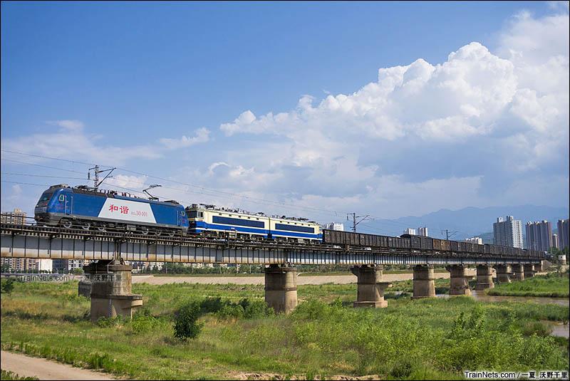 2016年7月2日。货运大列行驶在宝成铁路宝鸡渭河大桥,HXD3型机车作为补机,货列本务机车为SS4G。(图/一夏_沃野千里)