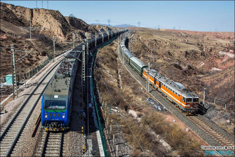 2016年3月26日。朔黄线上神华HXD1牵引万吨列车和宁岢线上太原局8K牵引的小票齐头并进。(图/张一飞)