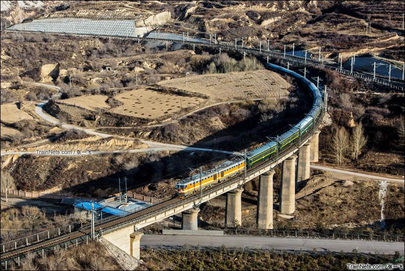 2016年3月26日。8K牵引的6833次列车通过神池站附近的弯道。(图/张一飞)