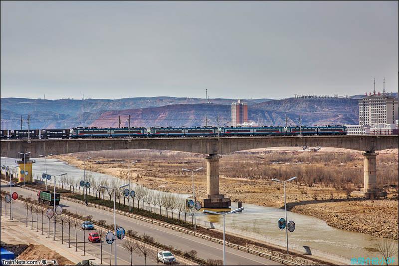 2016年3月27日。神朔线上4机SS4B牵引万吨空车底通过府谷黄河大桥,其中有两机为回送。(图/张一飞)