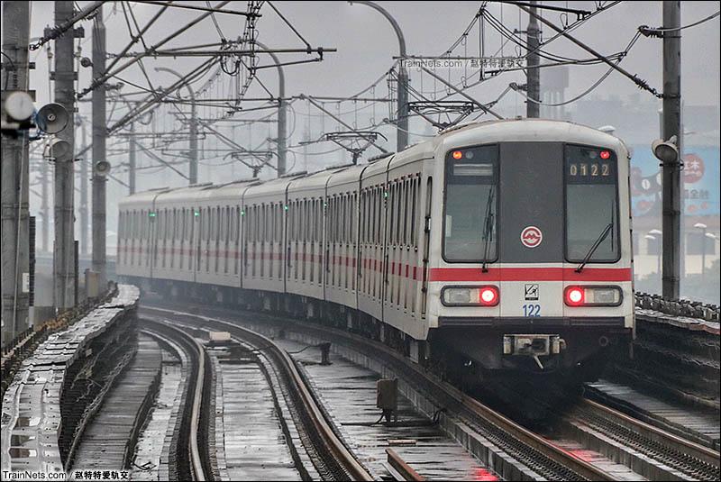 2016年。雨中的上海地铁1号线宝安公路站,列车驶离车站。(图/赵特特爱轨交)