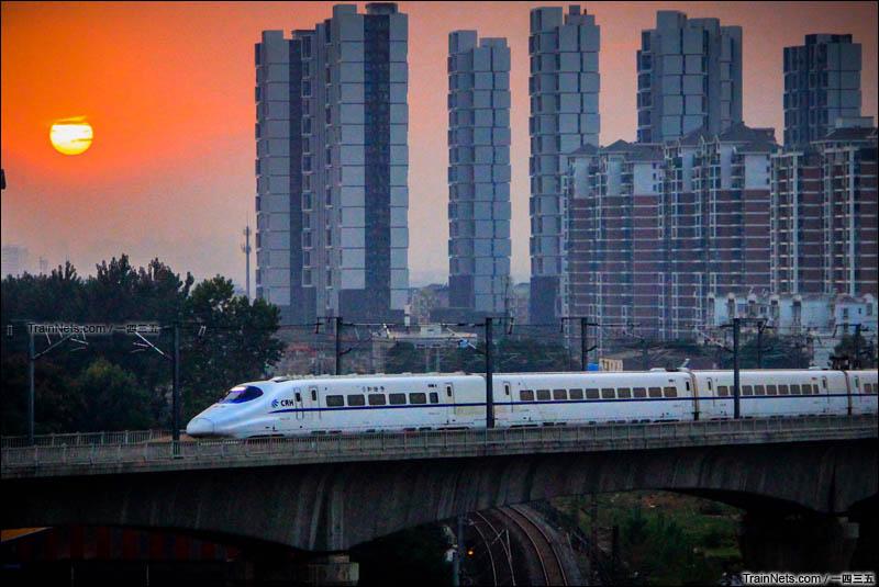 2015年10月10日。湖北武汉。武咸城际。一列CRH2A型动车组即将驶入汤逊湖站。(图/一四三五)