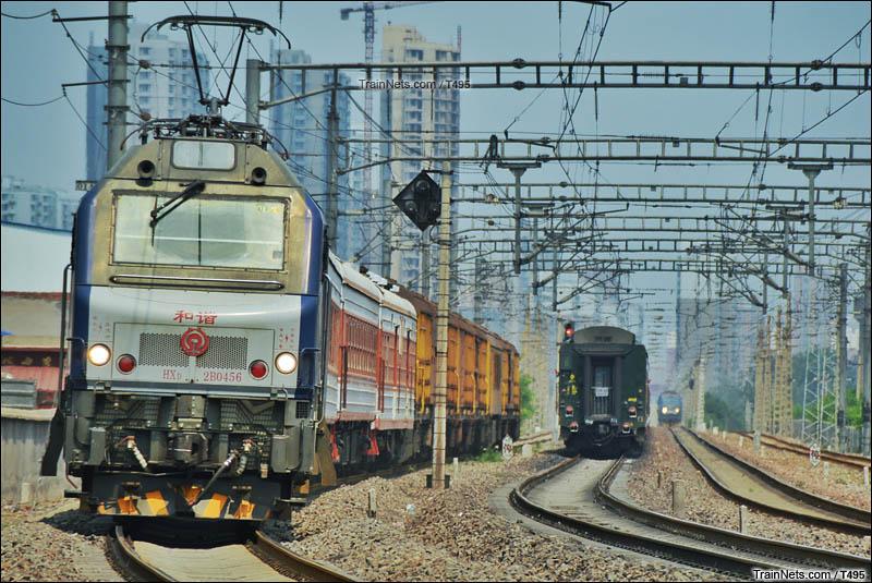 2016年6月。石太石德直通线上下行与石家庄西北环联络枢纽三线列车交汇。(图/T495)