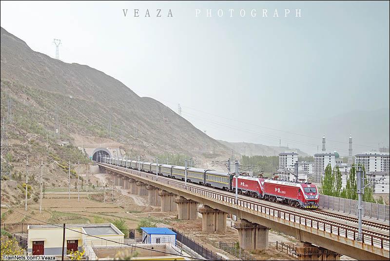 2016年5月。双机HXD1D牵引Z224次(拉萨-重庆北)列车驶出民和隧道。(图/Veaza)