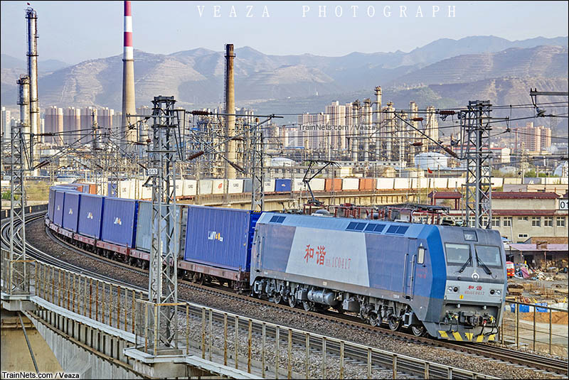 2016年5月。HXD1C牵引货列通过南坡坪大桥,即将进入兰州西机务段。(图/Veaza)
