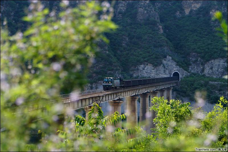 2016年6月25日。京原线百里峡-福山口,京局丰段和谐内5牵引上行焦炭列车奔驰在83号桥上。(图/陈飞宇)