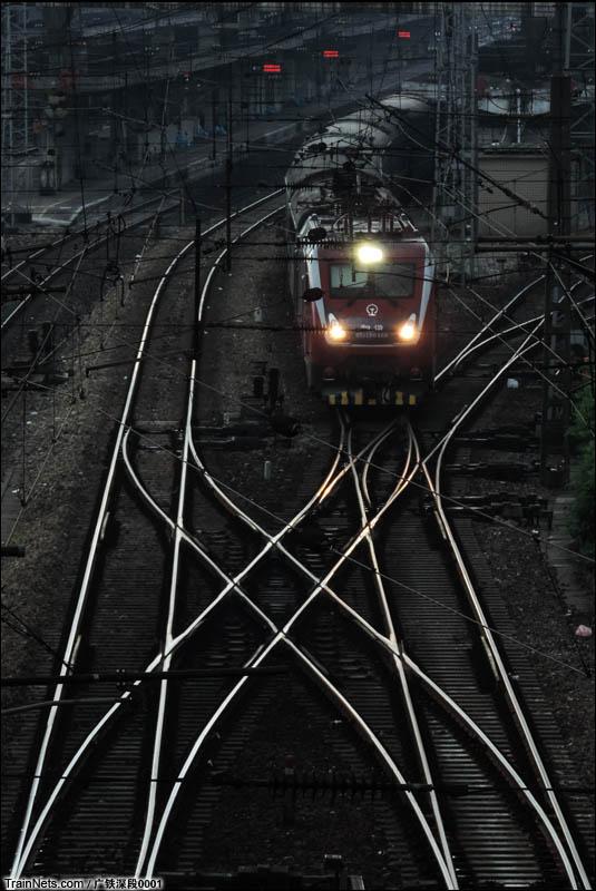 2016年7月。HXD1D牵引列车在乌云之下缓缓驶离株洲站。(图/广铁深段0001)