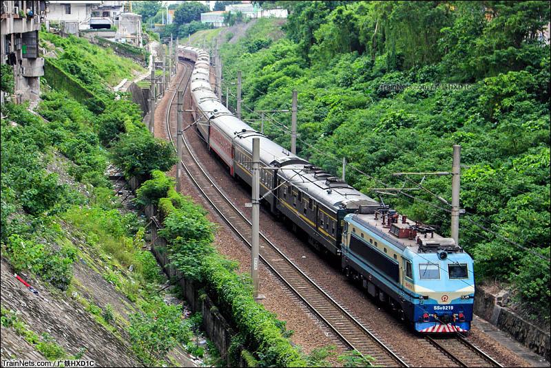 2016年7月。广州。SS8-0219牵引客车在广深线上飞驰。(图/广铁HXD1C)