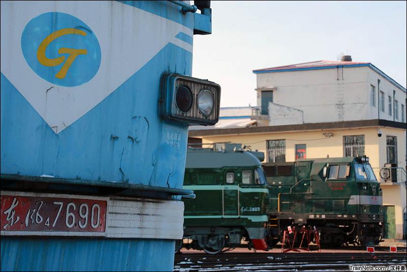 2016年2月。哈尔滨铁路局佳木斯机务段,地铁公司的西瓜、在机车转盘上的国铁瓜和HXN5。(图/汉梓豪)