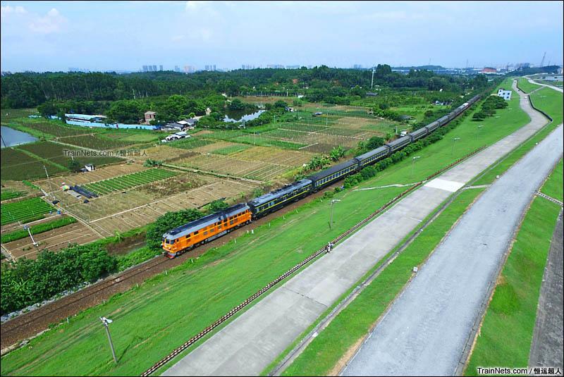 2016年6月18日中午15时04分。东风4B牵引列车经过广茂铁路小塘至走马营区间。(图/恒运超人)