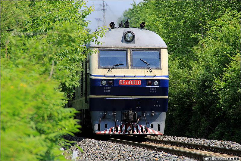 2016年5月25日。浑白线。松江河站附近,DF11牵引客车4246次(白河-通化)驶入松江河站。(图/火车印象)