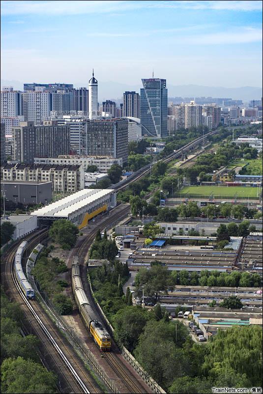 2016年8月14日。DF4BK牵引的4472次(承德-北京北)出清华园站前往北京北。(图/焦然)