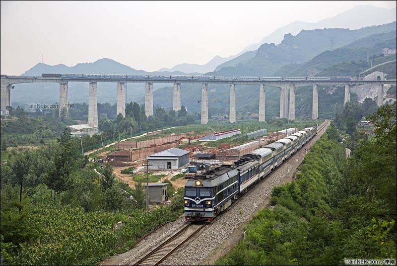 2016年7月17日。河北省承德市。双层客车交汇在鹰手营子附近(合成照片)。(图/李刚)