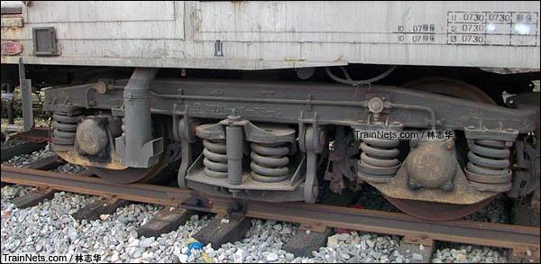 广州机保段。B10B型机械保温车。转向架。(图/林志华)