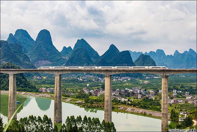 2016年8月6日。桂林阳朔,CRH380B行驶在贵广客专幸福源水库特大桥上。(图/刘俊良)