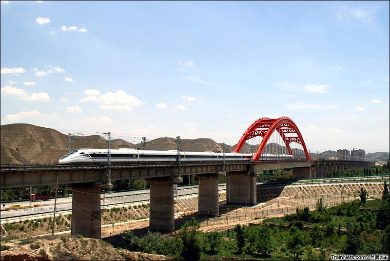 2016年6月。CRH2G驶过中川城际彩虹桥,向着兰州中川国际机场飞速驶去。(图/兰局25E)
