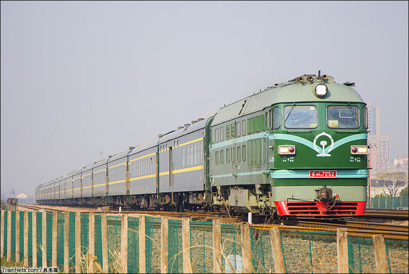 2016年3月12日。DF4B-7252牵引客车Y3次通过宣杭线行宫塘站。(图/吕杰琛)