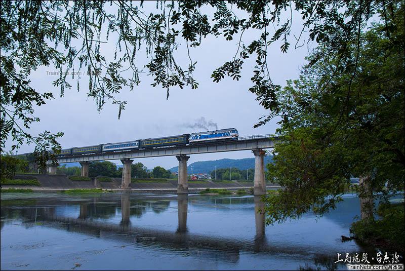 2016年8月6日。金温DF4B-7621牵引K1049次(青岛北-温州)通过金温铁路好溪大桥。(图/吕杰琛)