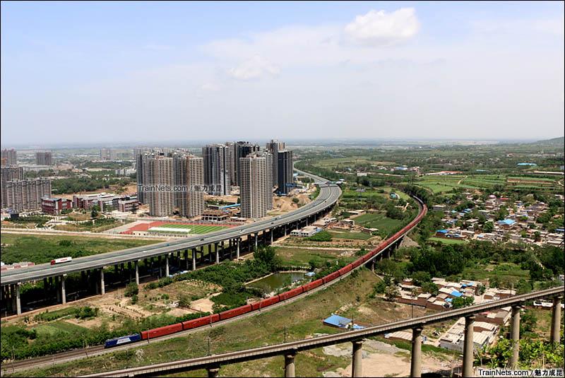 2016年5月2日。陕西渭南,陇海线。HXD3牵引货列通过沋河桥前往渭南站。(图/魅力成昆)