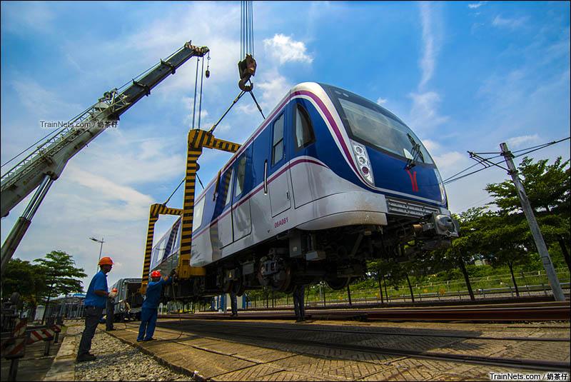 2016年6月13日。新造车辆段,广州地铁六号线新车06A081送抵新造车辆段,正在进行吊装作业。(图/奶茶仔)