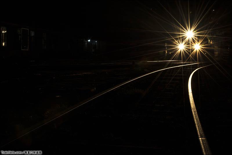 2016年6月。北京,西直门折返段。夜幕下的DF4C机车。(图/西直门折返段)
