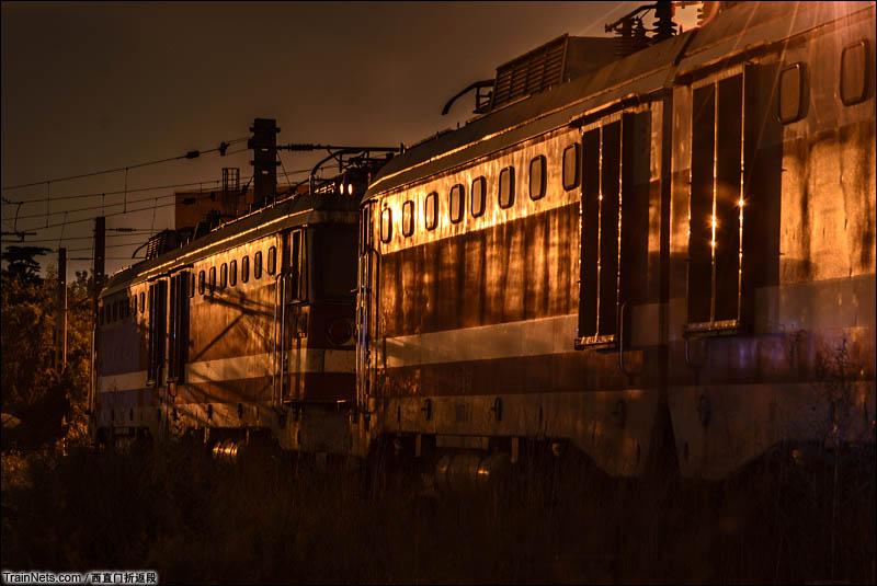 2016年5月。北京丰台西机务段,情人节的深夜,灯光下的8K机车。(图/西直门折返段)
