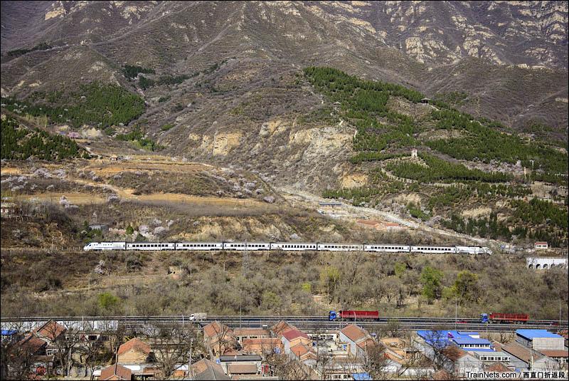 2016年4月。北京昌平,S2线动车组列车接近东园村。(图/西直门折返段)